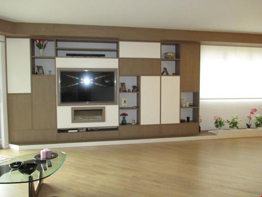 soggiorno con mobile e televisore